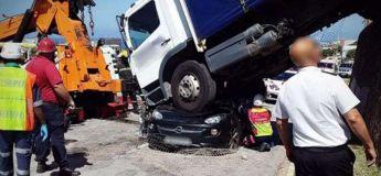 Une conductrice survit après qu'un énorme camion ait atterri sur sa voiture