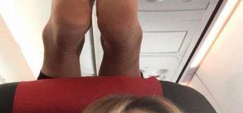 Une femme partage un selfie avec des pieds du passager sur son repose-tête