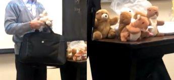 Un professeur récompense ses élèves en leur distribuant des jouets