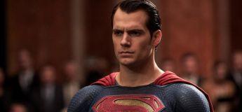 Un homme habillé en Superman sauve une famille d'une maison en flammes