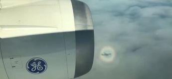 Étrange : un avion «piégé» à l'intérieur d'un arc-en-ciel circulaire