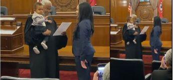 Le juge tient le bébé pendant que sa mère prête serment pour devenir avocate