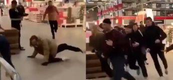 Des gens courent et tombent l'un après l'autre dans ce magasin durant le Black Friday
