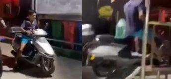 Il heurte brutalement sa tête en essayant de placer son scooter à l'arrière d'une camionnette