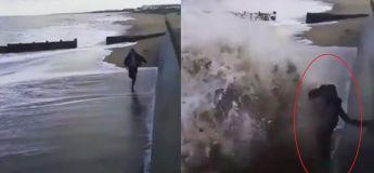 Cet homme s'est complètement mouillé par la mer en essayant de faire cet aller/retour