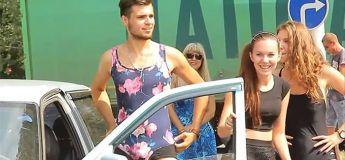 Russie, une station d'essence offre l'essence aux clients par des hommes en bikini