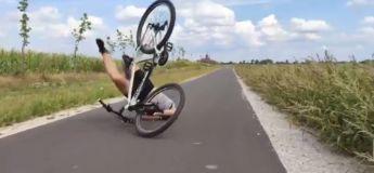 Cet homme tente d'ouvrir une bière avec les pneus de sa bicyclette et fait un accident