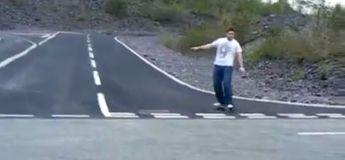 Il voulait impressionner sa femme en glissant sur un skateboard, mais c'est raté, quel boloss !