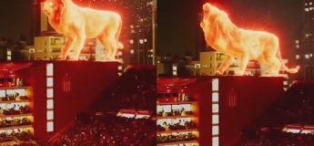 Un lion géant en flamme marche sur le toit du stade d'Estudiantes de La Plata en Argentine