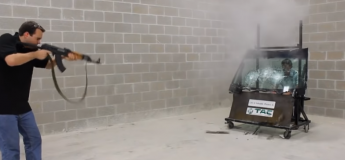 Un patron de société teste son pare-brise blindé en se faisant shooter par un AK-47  à 5 mètres