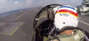 Dans le cockpit avec le pilote, vous assistez à l'atterrissage d'un avion de chasse sur un porte-avion