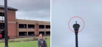 Pendant 5 jours, ces étudiants essayent de jeter une pomme en l'air pour la déposer sur la pointe d'un poteau d'éclairage