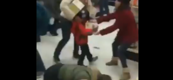 Black Friday : une femme arrache un paquet d'un enfant – Quand la course aux promos transforme les gens en égoïstes !
