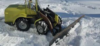 Il utilise un bulldozer télécommandé pour dégager une allée enneigée et cela a marché