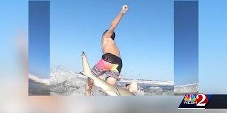 Floride, un jeune surfeur de 7 ans a été projeté de son surf par un requin