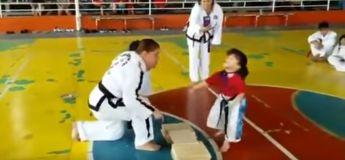 Insolite : cette petite fille suit à la lettre les instructions de son maître