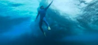 L'apnéiste français Arnaud Jerald partage une vidéo de lui sous les vagues à Tahiti