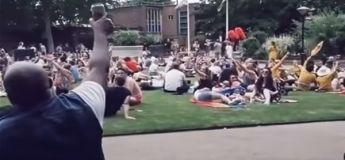 Cet homme interprète « Livin 'On A Prayer » de Bon Jovi dans un parc et il est rejoint par toutes les personnes présentes