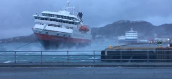 Un accostage impressionnant et risqué du navire Nord Norge