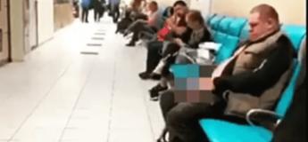 Un homme fait pipi en plein aéroport devant des voyageurs horrifiés