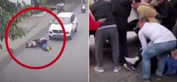 Les passants se réunissent pour soulever la voiture et sauver un motard pris au piège