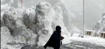 Les touristes se précipitent pour échapper à une avalanche sur une route d'Inde