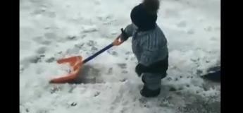 Cet adorable bébé de 14 mois aide son père à déblayer la neige…