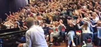 Une belle reprise de Bohemian Rhapsody par un professeur et ses élèves