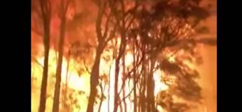 Australie : Il n'a fallu que 4 secondes pour que les flammes atteignent ces pompiers