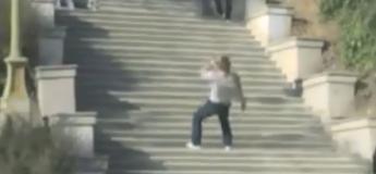 Le super homme qui survit à une chute du haut d'un escalier et d'un accident grâce à un super jean