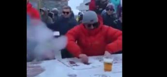 Ca a changé la Folie Douce ! Un DJ qui fait danser sous la neige sur une piste improvisée