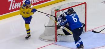 Le joueur de hockey suédois Nils Höglander marque un but façon LaCrosse face à la Finlande
