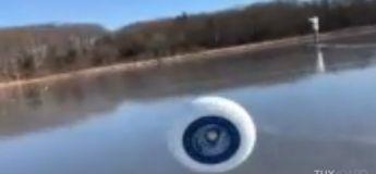 Impressionnant, ce frisbee se déplace tout seul avec le vent