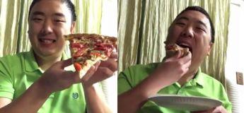 Il mange une grosse portion de pizza en une seule bouchée