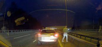 La voie rapide d'une autoroute bloquée par un homme pour une pause pipi