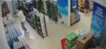 Lors d'un violent tremblement de terre, ne faites pas comme cet homme qui a failli y passer (vidéo)