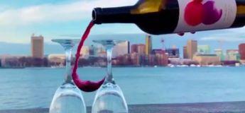 Impressionnant : il verse du vin dans le vide entre deux verres retournés sans en renverser une seule goutte