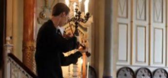 Interrompu par la sonnerie d'un Nokia, ce violoniste s'arrête de jouer. Regardez sa réaction !