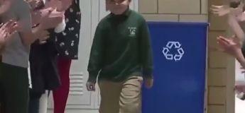 Ce petit garçon ayant vaincu le cancer a été accueilli comme un héros à l'école