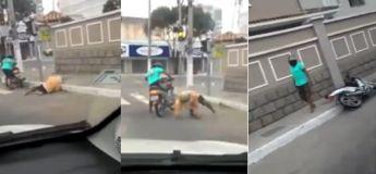 Deux hommes complètement ivres tentent de rouler à moto et ne cessent de tomber