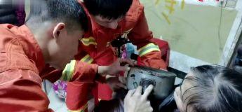 Des pompiers ont secouru un petit enfant dont la tête s'est coincée dans une… théière