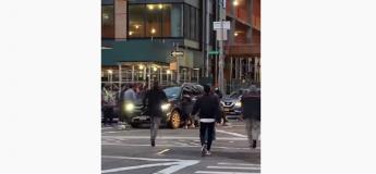 Plusieurs personnes soulèvent une SUV pour sauver une femme piégée sous le véhicule