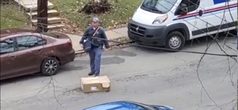 Un agent de la poste américaine filmé en train de livrer un colis sans aucun respect de son contenu !