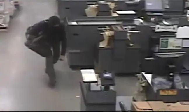 Un homme vivant dans le plafond d'une épicerie continue d'échapper à la police