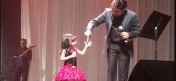 Une petite fille de 3 ans chante avec son père et impressionne Twitter