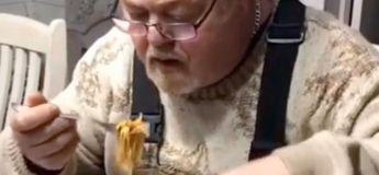 Un homme mange des spaghettis… en les découpant avec des ciseaux