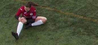Une footballeuse remet en place son genou déboîté et continue à jouer jusqu'à la fin du match