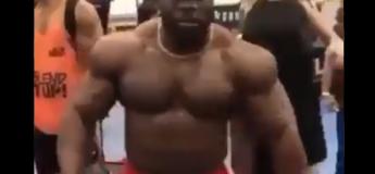 Cet homme fait une blague très dangereuse à des bodybuilders !