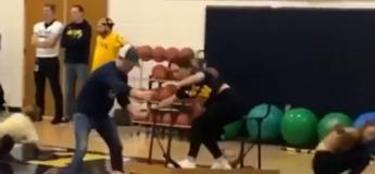 Drôle de course dans un lycée, pour encourager son équipe sportive !