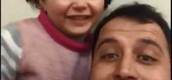 Un père divertit sa fille en riant pour qu'elle n'entende pas les bombardements